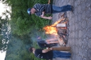 Betreuer beim Feuer machen
